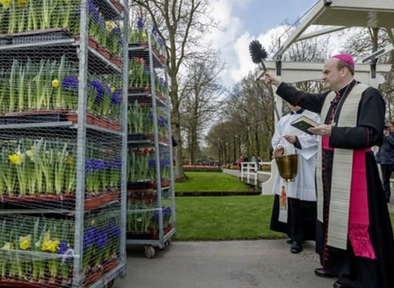 Bloemen en floraal materiaal voor de Paasviering vertrekken richting Rome.